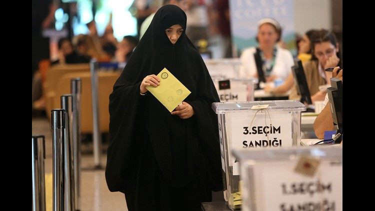 Turkish citizens living abroad vote as they arrive the Ataturk airport in Istanbul, Turkey, June12, 2018. Turkish President Erdogan announced that Turkey will hold snap elections on 24 June 2018.