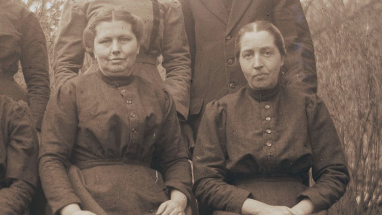Polly and Martha Walker Sisters 1918