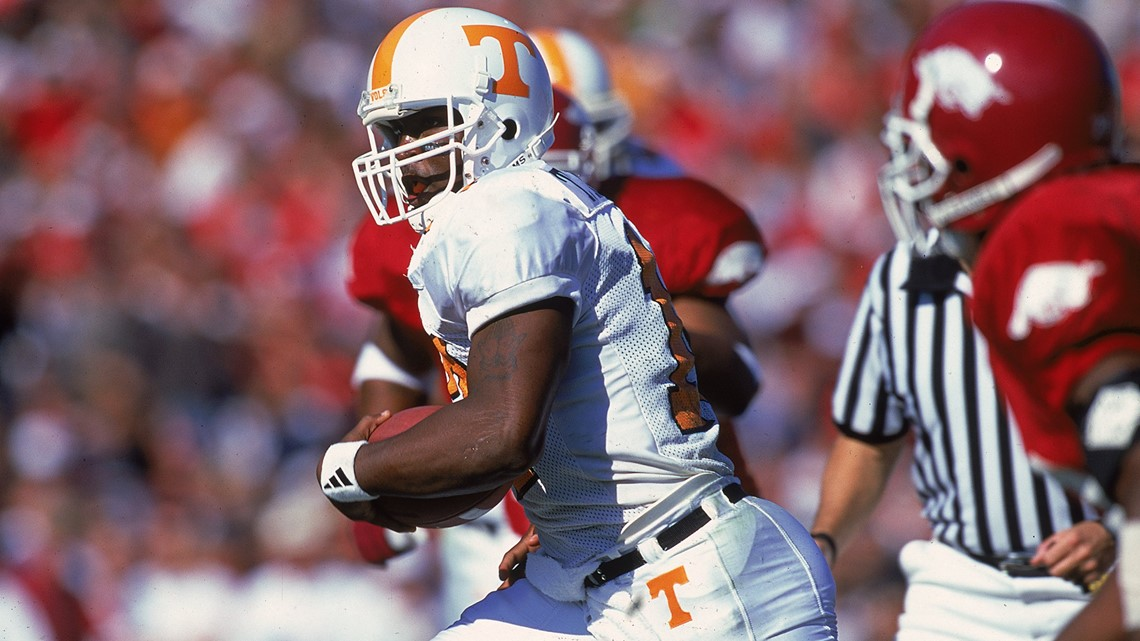 13 Nov 1999 Tee Martin 17 Of The Tennessee Volunteers Carries Ball During Game Against Arkansas Razorbacks In Fayetteville