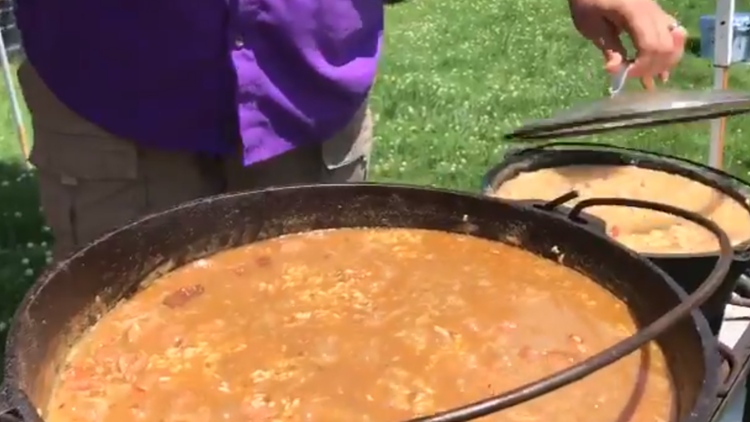Pitching for flavor | Fans cook up cajun cuisine at Knoxville tailgate ahead of Super Regional game
