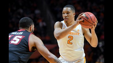 Vols basketball players stop to help with flat tire