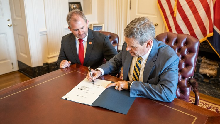 Governor Bill Lee signs constitutional carry bill into law