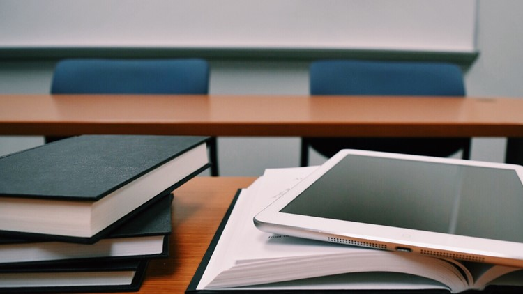 Líderes educativos suspenden cuota de cursos en línea en 7 colegios comunitarios de Tennessee