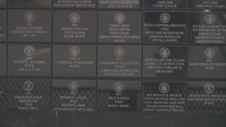Plaques recognize honorably discharged veterans